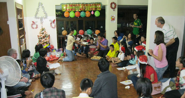 Kinderhaus-The-Ark-Chiang-Mai--1.Weihnachtsfest-2011-Viele--Gnste-reichlich-Geschenke