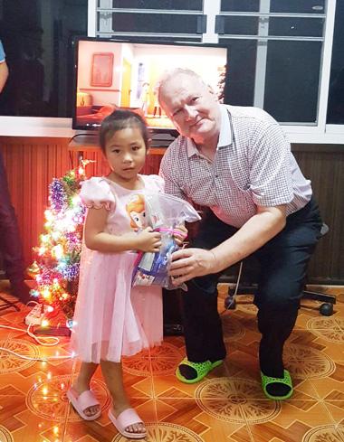 Kinderhaus-The-Ark-Weihnachtssfeier-Geschenke-überreicht-von-Klaus