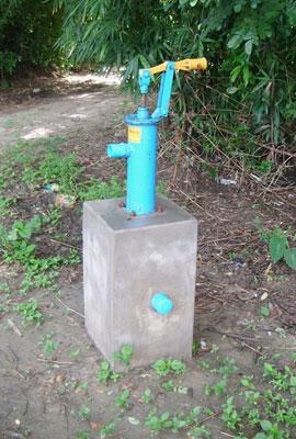 Wasserversorgung-im-burmesischen-Dorf-Handpumpe